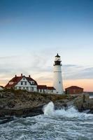 Wellen krachen am Portland Head Leuchtturm foto