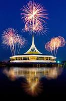 schönes Gebäude mit Feuerwerk und blauem Himmel Hintergrund
