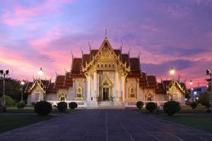 Dämmerung bei Wat Benchamabophit foto