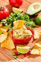 Guacamole mit Avocado, Limette, Tomate und Koriander foto