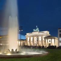 brandenburger tor in berlin bei nacht foto