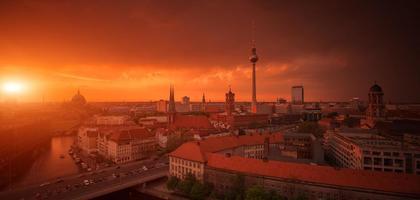 Berliner Skyline-Stadtpanorama mit Sonnenuntergang - Wahrzeichen in Deutschland
