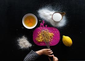 einen Zitronenkuchen backen foto