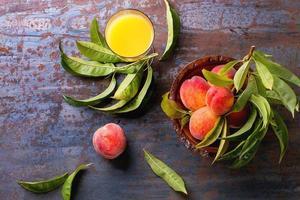 Pfirsiche auf Zweig und Saft foto