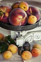 reife Aprikosen und Pfirsiche auf Vintage-Schuppen foto