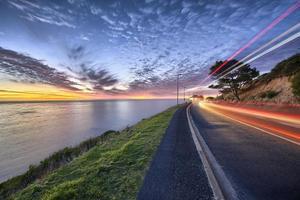 Ozean und städtischer Sonnenuntergang foto