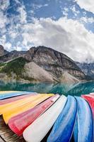 Kajaks auf dem Moränensee in den kanadischen Rocky Mountains foto