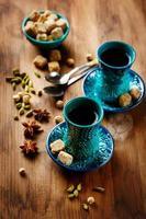 Tee oder heißer Wein mit verschiedenen Gewürzen foto