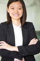lächelndes Porträt der jungen weiblichen asiatischen Geschäftsführerin foto