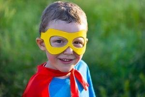Kind benimmt sich wie ein Superheld foto