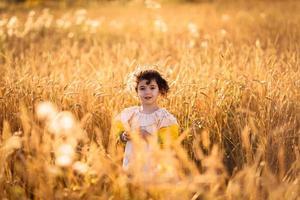 Kind in einem Weizenfeld foto