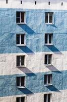 Wohnhauswand mit Fenstern foto