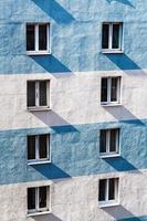 Wand des Stadthauses mit Fenstern foto