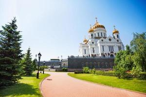 Kathedrale von Christus dem Retter mit grünen Bäumen foto