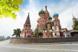 Blick auf die Kathedrale des Heiligen Basilikums auf der anderen Straßenseite foto