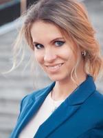attraktive blonde Geschäftsfrau im blauen Anzug