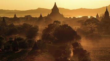 Sonnenuntergang bei Bagan foto