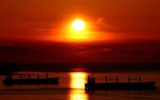 Tanker bei Sonnenuntergang foto