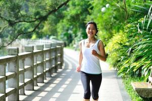 junge asiatische Frau läuft foto