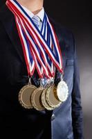 Geschäftsmann trägt Goldmedaillen