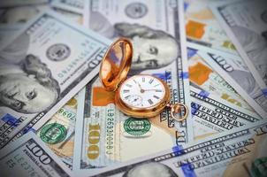 Geld und antike Uhr foto