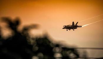 mcdonnell douglas f / a-18 hornissenlandung nähern sich sonnenuntergang
