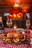 Truthahn auf Weihnachten dekorierten Tisch