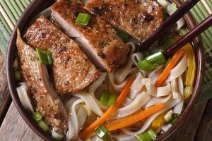 Suppe mit Ente und Reisnudeln Makro. horizontale Draufsicht foto