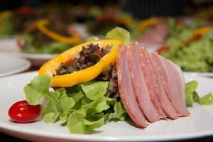 Fleisch Entenbrust mit grünem Salatgemüse foto