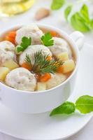 Suppe mit Hühnerfleischbällchen und Gemüse foto