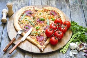 Pizza Herzform mit Käse und Tomate foto