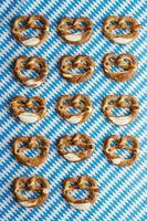Oktoberfest: Brezeln auf bayerischer Tischdecke foto