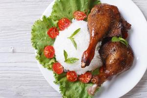Gebratenes Entenbein mit Reis Nahaufnahme horizontal. Draufsicht foto