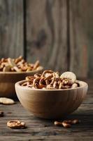 ungesunder Snack auf dem Holztisch foto