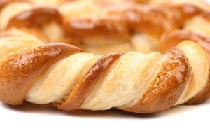 knotenförmige Kekse auf weißem Grund foto