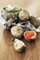 frisches rohes gesalzenes Ei auf Holztisch foto