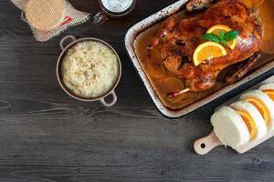 köstliche gebratene Ente mit Orangen in einer Pfanne im rustikalen Stil foto