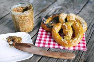 Brezeln mit Salz und körnigem Senf, Snack für Picknick foto