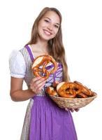 blonde Frau in einem lila Kleid liebt Brezeln