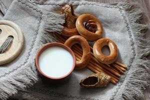 Lebensmittel Milch Bagels und Brezeln auf Flachs Hintergrund foto