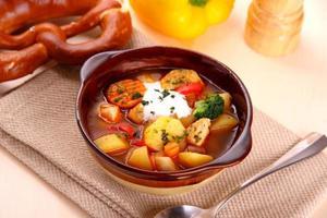 Gemüseeintopf mit Huhn und Kartoffel, Brezel foto
