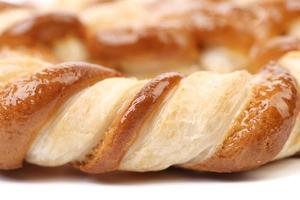 knotenförmige Kekse auf weißem Grund