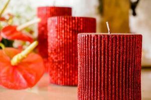 romantische rote Kerzen und Blumen