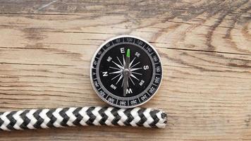 Seeseil und Kompass auf hölzernem Hintergrund foto