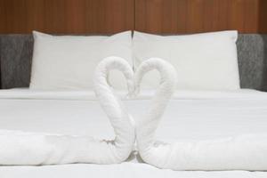 Schwäne aus Handtüchern auf dem Bett. foto