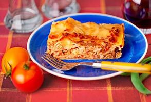 Lasagne Teller auf einer Tischplatte foto