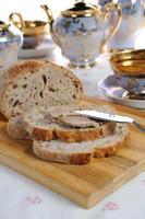 Hühnerleberpastete auf Brot foto