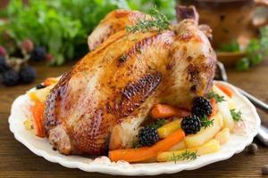 Gebratenes Huhn. festliches Gericht. foto