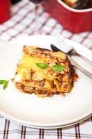 Stück Lasagne Bolognese foto