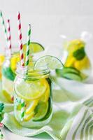 Wasser mit Zitrusfrüchten foto